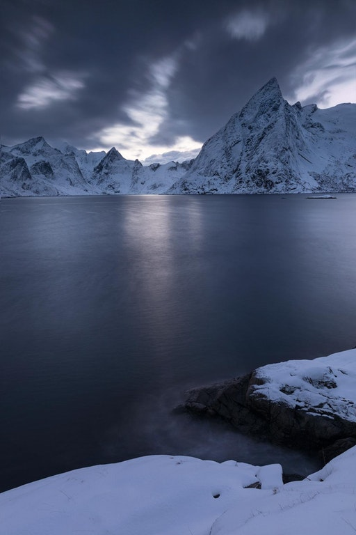 Snowy mountains during twilight in distant north, Norway - Fishermang - http://bit.ly/2ATL2GG