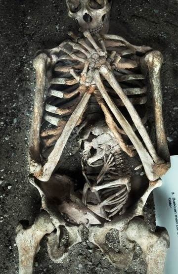Skeleton of a mother and her unborn child - DemetriusXVII - bit.ly2EyzkPV