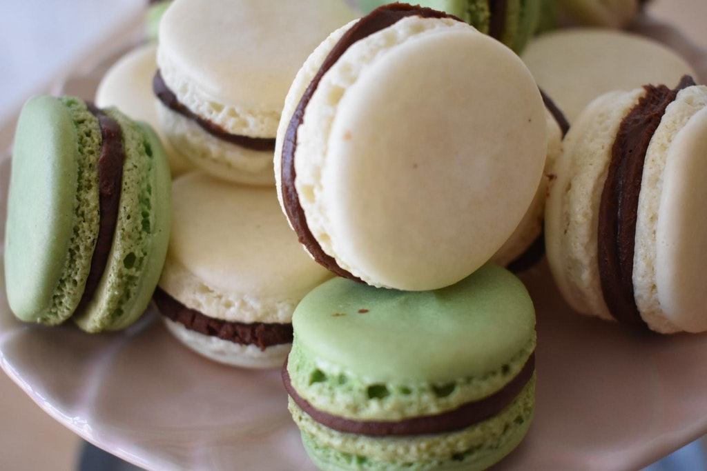 matcha and vanilla bean macarons with chocolate ganache - marzipan_winters - bit.ly2FgFpF9