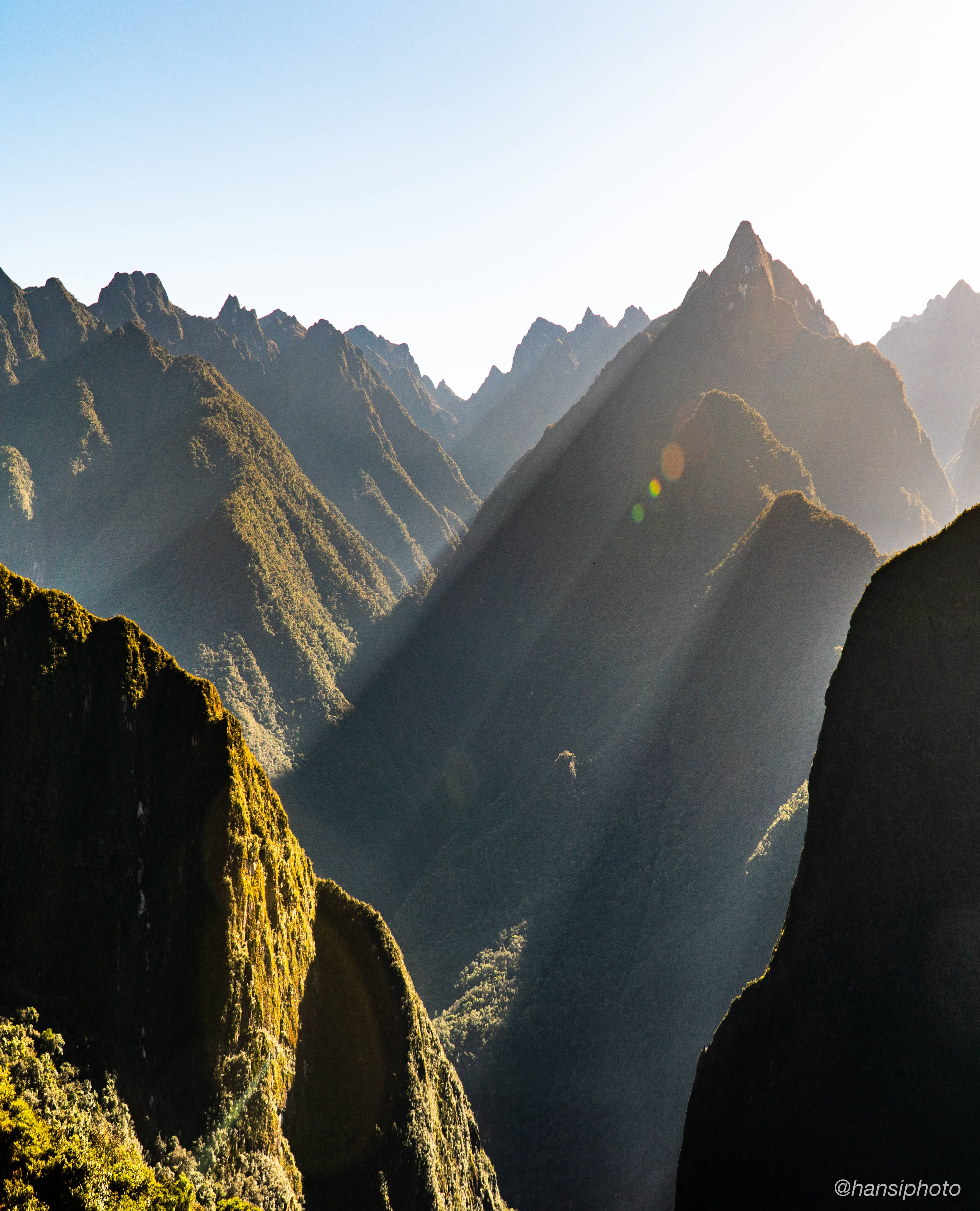 Beams of light and jagged peaks in the Andes Mountains. Machu Picchu, Peru - hansiphoto - bit.ly2u4zLy6